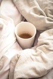 läcker frukost i säng med ett stort svärdkaffe Arkivfoto