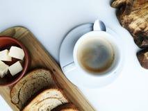 Läcker frukost: kaffe krutonger, förvanskade ägg i en panna Landsmat arkivfoto