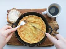 Läcker frukost: kaffe krutonger, förvanskade ägg i en panna Landsmat royaltyfri fotografi