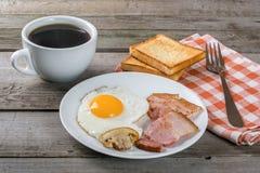 Läcker frukost med ägg och bacon Arkivbild