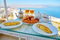 Läcker frukost med havssikt Arkivbilder