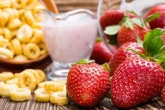 Läcker frukost med sädesslag- och jordgubbeyoghurt som bakgrund royaltyfri foto
