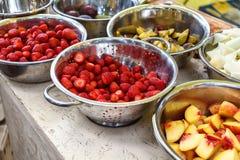 Läcker fruktbuffétabell med olika sötsaker som sköter om i restaurang Royaltyfria Foton