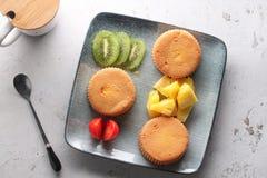 Läcker fruktkaka, läcker frukost royaltyfri foto