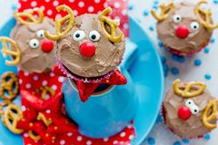 Läcker gåva för roliga julrenmuffin för ungar royaltyfria bilder