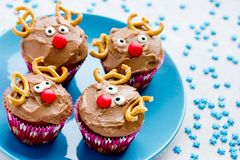 Läcker gåva för roliga julrenmuffin för ungar arkivfoto