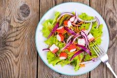 Läcker grönsaksallad med krabbapinnar Royaltyfria Foton