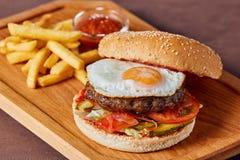 Läcker hamburgare med potatisen och ketchup Royaltyfri Bild