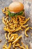 Läcker hamburgare på tabellen Royaltyfria Foton