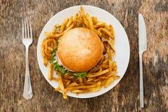 Läcker hamburgare på tabellen Arkivfoto