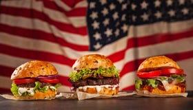 Läcker hamburgesr på trä royaltyfria foton