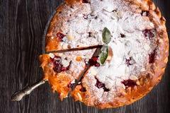 Läcker hemlagad körsbärsröd paj med mandeln royaltyfri bild