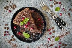Läcker hemlagad kaffekaka med mörka choklad och tranbär Royaltyfri Bild