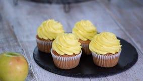 Läcker hemlagad muffin med gul kräm arkivfilmer
