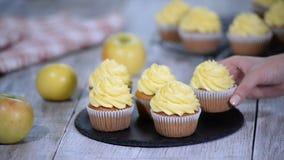 Läcker hemlagad muffin med gul kräm stock video