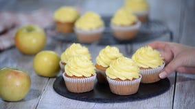 Läcker hemlagad muffin med gul kräm lager videofilmer