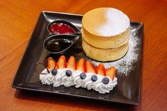 Läcker Hokkaido körsbärsröd ostkaka med den nya jordgubben och Royaltyfria Foton