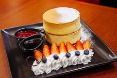 Läcker Hokkaido körsbärsröd ostkaka med den nya jordgubben och Royaltyfria Bilder