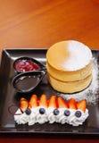 Läcker Hokkaido körsbärsröd ostkaka med den nya jordgubben och Royaltyfri Foto