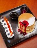 Läcker Hokkaido körsbärsröd ostkaka med den nya jordgubben och Fotografering för Bildbyråer
