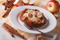 Läcker holländare behandla som ett barn pannkakor med äpplen på en platta horisontal Royaltyfri Foto