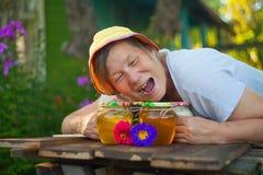 Läcker läcker honung i krus på tabellen Royaltyfri Foto