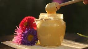 Läcker honung i krus på tabellen arkivfilmer