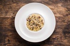 Läcker italiensk pasta med tryfflar Spagetti med tryffeln plocka svamp på trätappningbakgrunden Top beskådar arkivbild