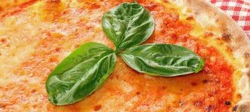 Läcker italiensk pizza i pizzeria i Naples Royaltyfri Bild