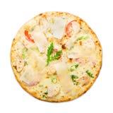 Läcker italiensk pizza med isolerad parmesan Arkivbilder