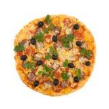 Läcker italiensk pizza med körsbärsröda tomater som isoleras på vit b Royaltyfri Fotografi