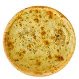 Läcker italiensk pizza med ost på en isolerad trätabell fotografering för bildbyråer