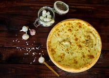 Läcker italiensk pizza med ost på en trätabell arkivbild