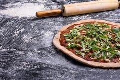 Läcker italiensk pizza på lantlig träbakgrund, kopieringsutrymme Royaltyfria Bilder