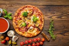Läcker italiensk pizza som tjänas som på trätabellen royaltyfri fotografi