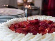 Läcker jordgubbefödelsedagkaka med kräm royaltyfria bilder