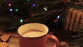 Läcker julferie med koppen av latte
