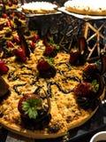 Läcker kaka med jordgubbar royaltyfria foton