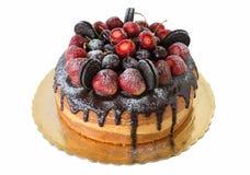 Läcker kaka med jordgubbar och chokladkex Royaltyfria Bilder