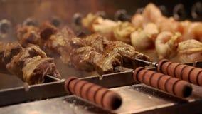 Läcker kebab på steknålar lager videofilmer
