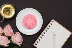Läcker kinesisk traditionell mellanmålMooncake på tabellen royaltyfria bilder
