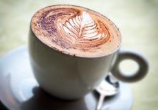 Läcker kopp av varmt cappuccinokaffe Royaltyfri Bild