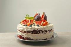 Läcker krämig kaka med fikonträd och bär Royaltyfria Foton