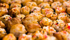 Läcker liten smördeg som är välfylld med crabmeat royaltyfri fotografi