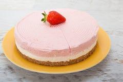 Läcker ljusbrun kaka med jordgubbar Fotografering för Bildbyråer