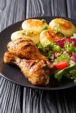 Läcker mat: grillade fega trumpinnar med nya potatisar och Royaltyfri Fotografi