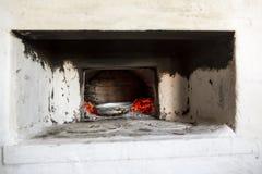 Läcker mat som förbereds i den gamla ryska byugnen över kol Nationell kokkonst arkivfoton