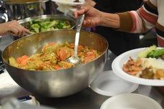 Läcker matförberedelse i familjkök royaltyfri bild