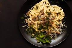 Läcker matställe eller lunch på en svart träbakgrund, närbild royaltyfria foton