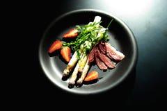 läcker matställe Kokt sparris, jordgubbe, bacon och hollandssås arkivfoton